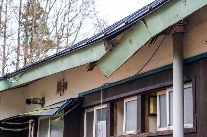 雪の重さで曲がってしまった屋根