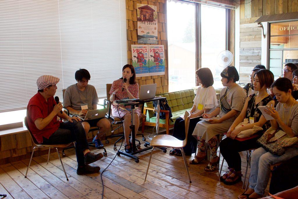 信濃町ライター養成講座の第1回。北尾トロさんをゲストに迎えて。講師の平林享子が話している。