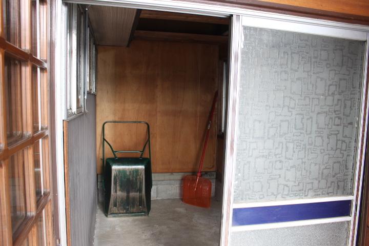 玄関風除室に入るとすぐに納戸があり便利ですね