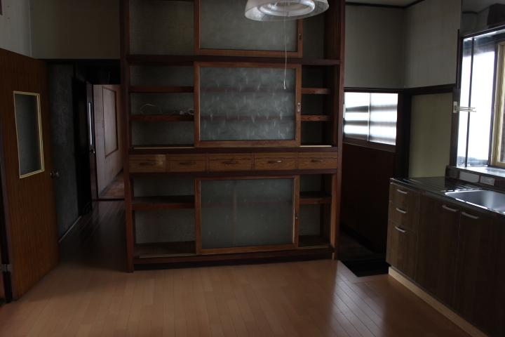 キッチンには広い収納棚もついています
