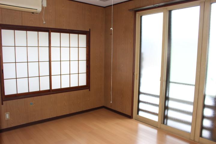 玄関上がって左の洋室 収納もたっぷりですが窓も広く明るいです