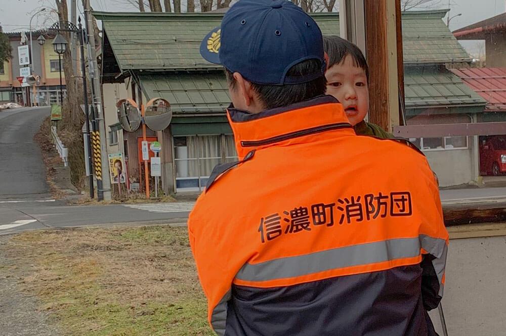 信濃町消防団のユニフォームを来た男性と男の子