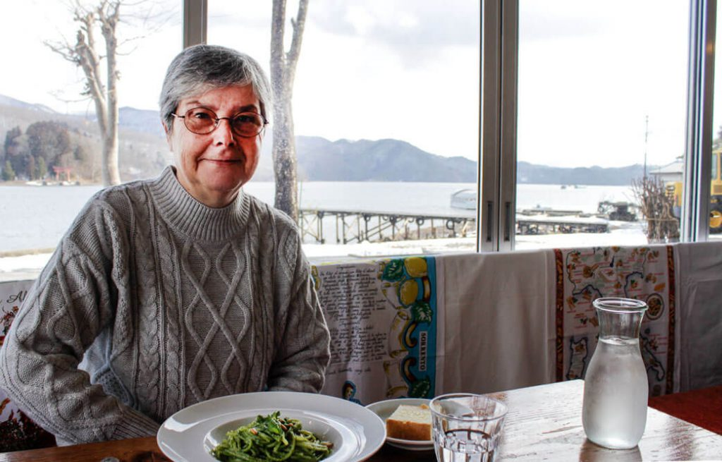 野尻湖畔のイタリアン「船小屋」のテーブルに座る村田スーザンさん