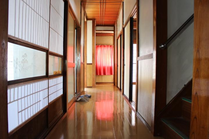 浴室から玄関に向かう廊下