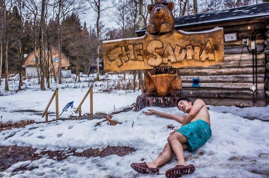 サウナから出て雪の上に寝転ぶ男性