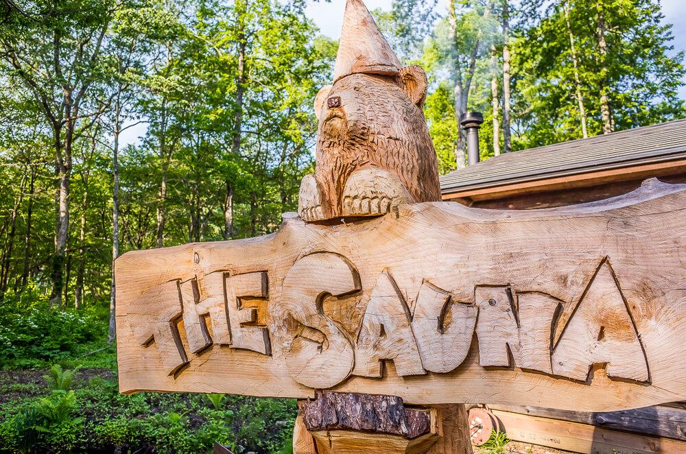 ザ・サウナの前にある木彫りのクマ。
