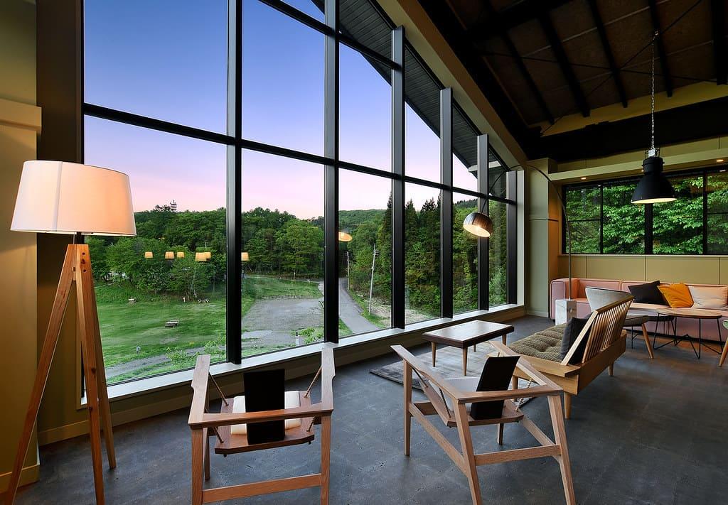 壁一面のガラス窓の外には、やすらぎの森オートキャンプ場が見える