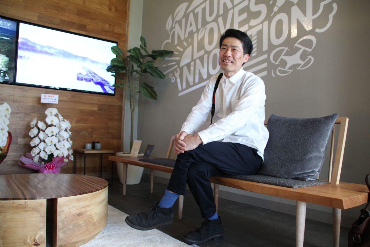 木工作家の松木啓直さん。自作の木製ベンチに座って