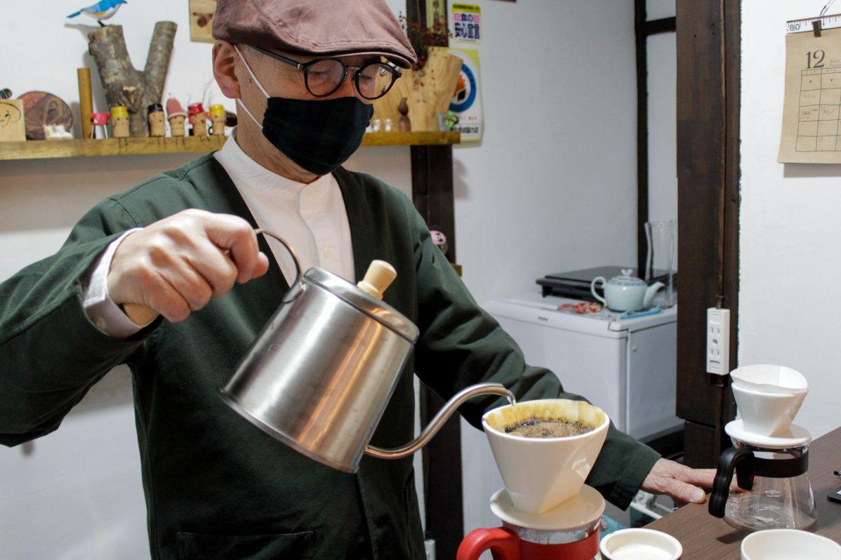 Cafe Soo&Suu... コーヒーを入れるオーナー