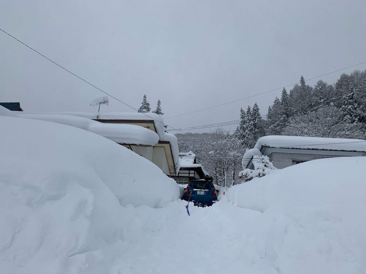 豪雪地帯で車がスタック