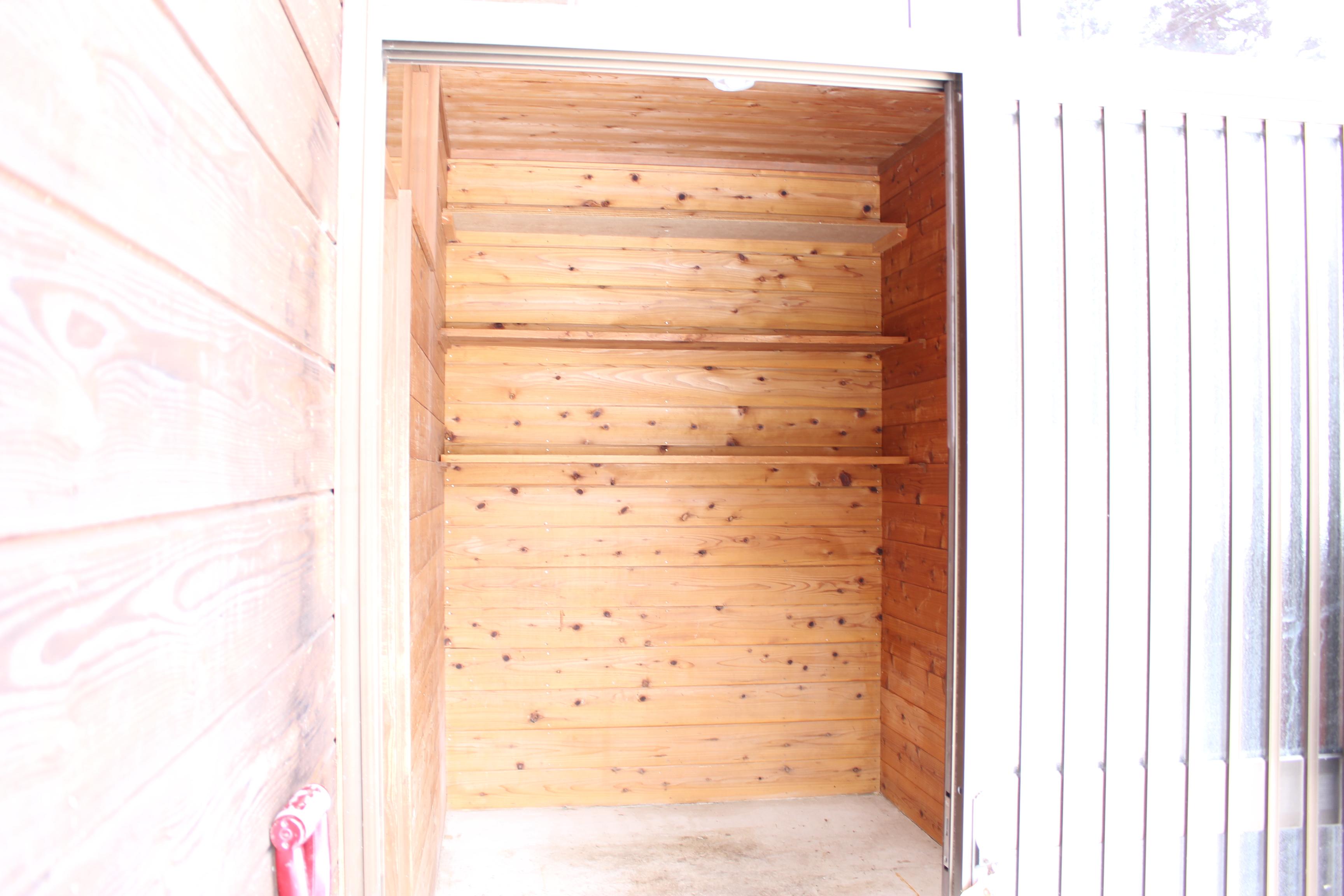 風除室には棚もついていてとても便利ですね!