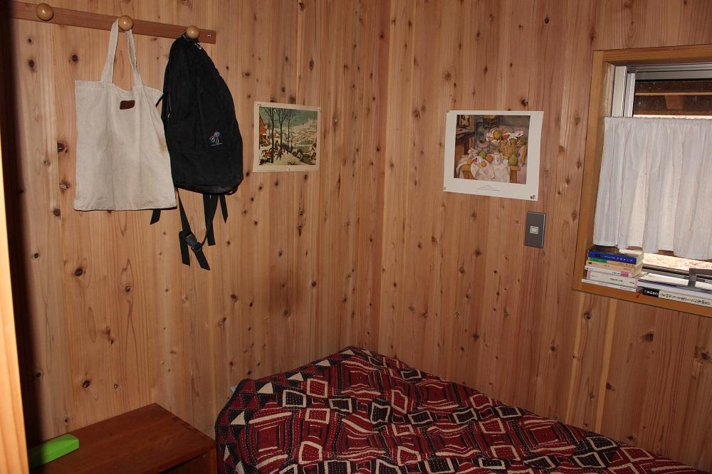 木目に囲まれた寝室