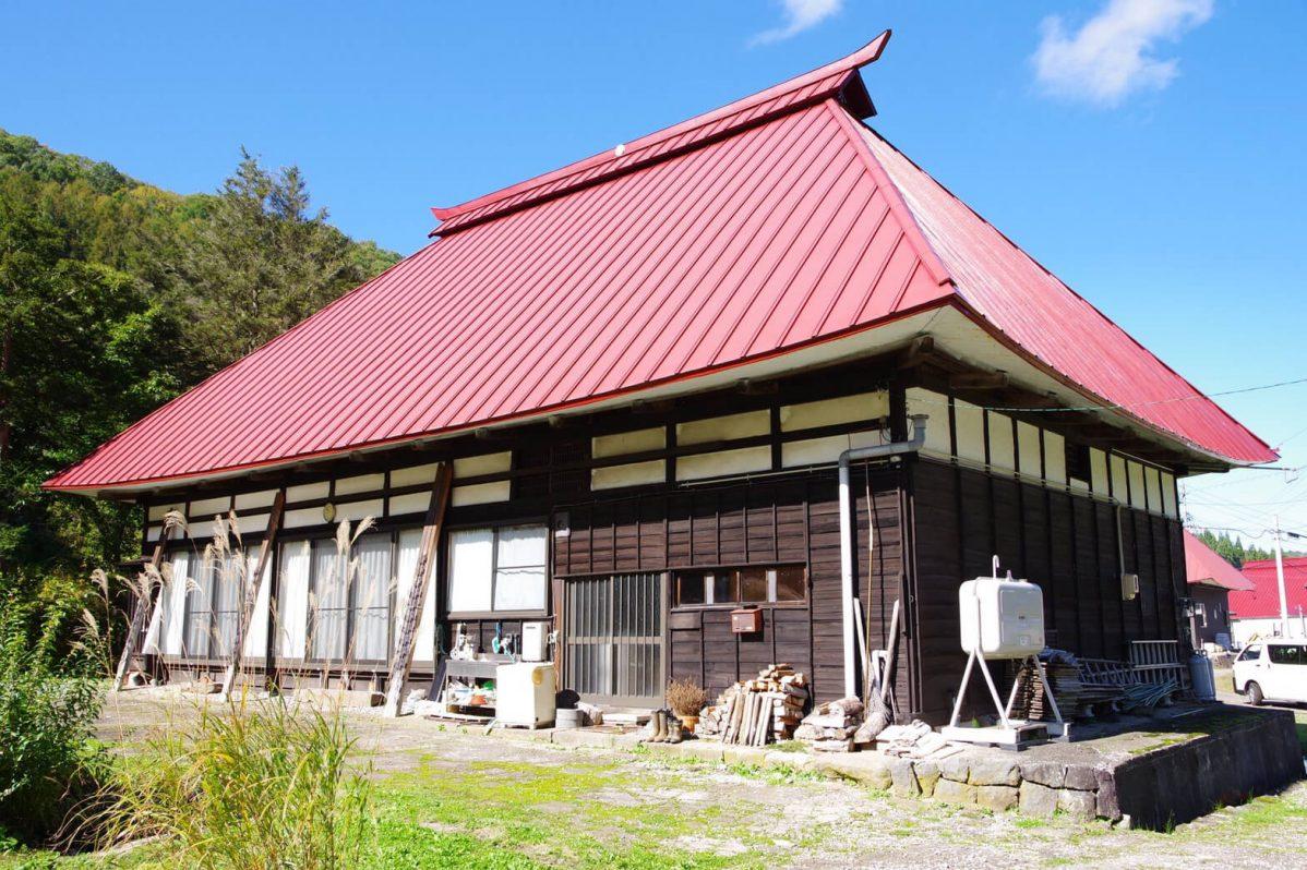 入居時に撮影した我が家。赤い大きな屋根、木造の古民家。
