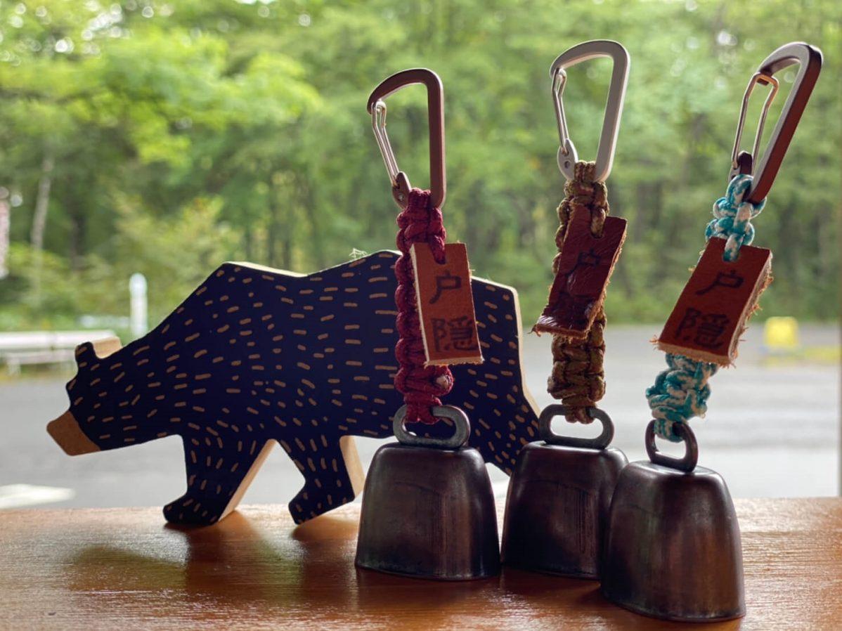 作製しているオリジナルグッズの1つとして、強度の高いパラコードで手編みした熊鈴。
