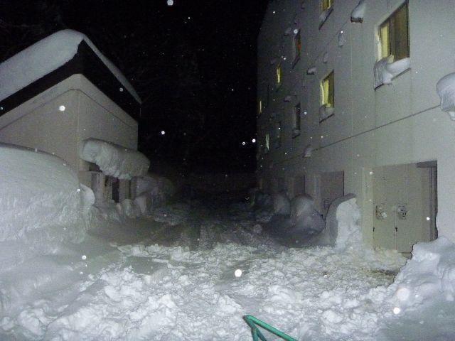 新潟県でのリゾートバイト先で住んでいた寮。雪深い地域のため、1階は車庫、2階以上が部屋。