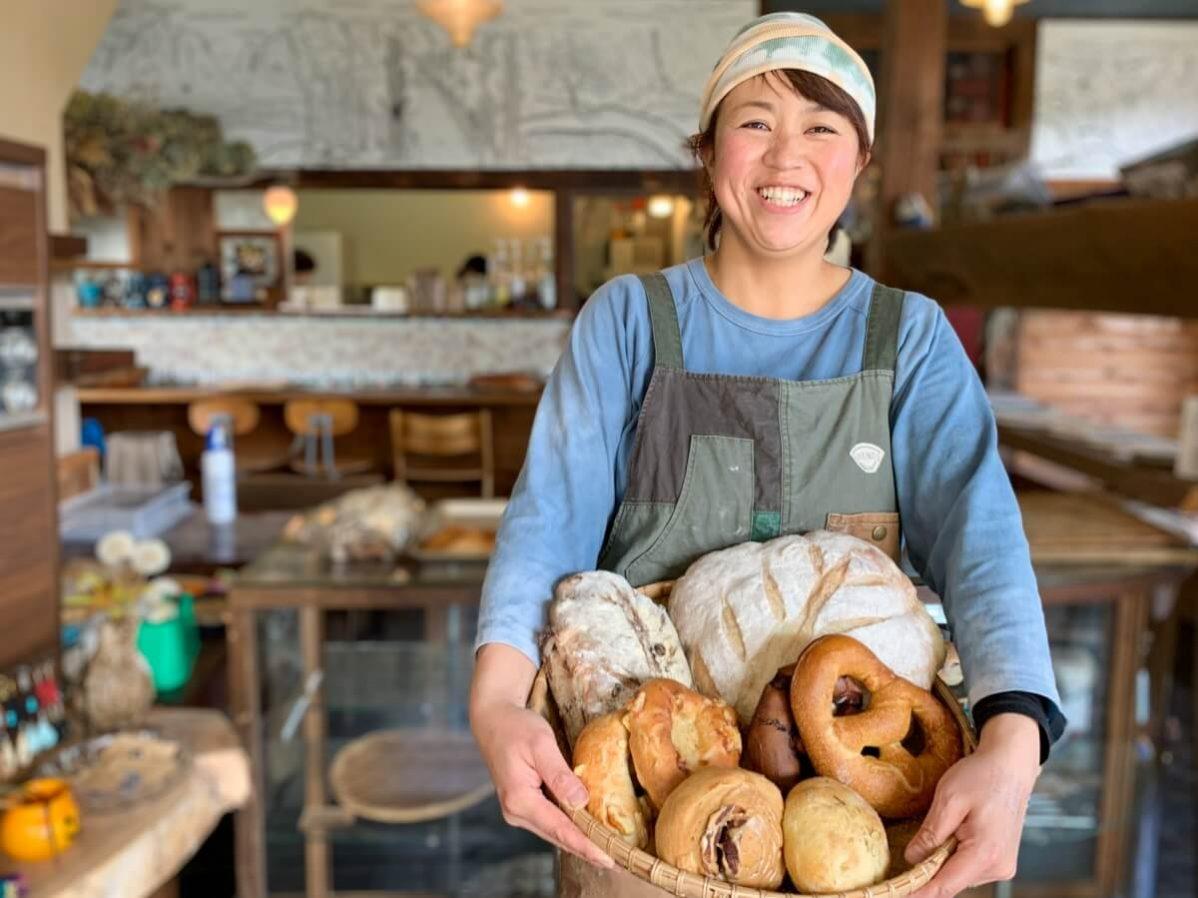長野県信濃町のベーカリーカフェ「たねcafe  革工房種」の店主・大日向さん