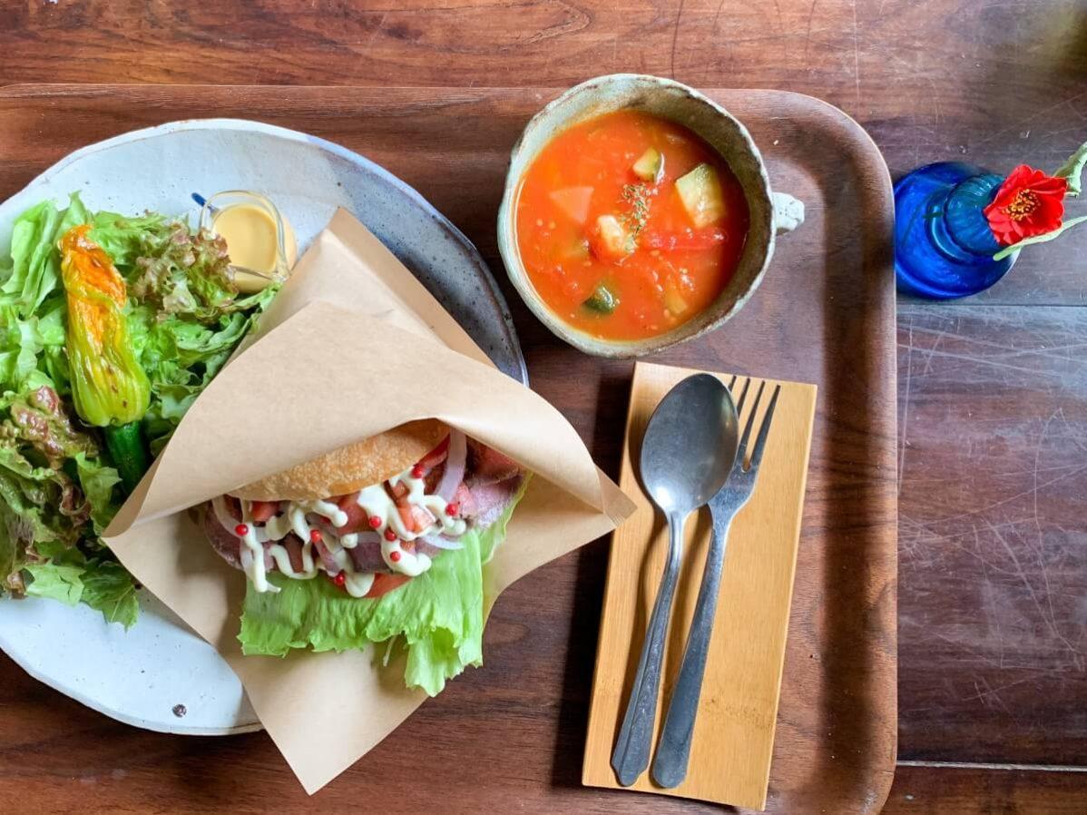 長野県信濃町のベーカリーカフェ「たねcafe  革工房種」のランチ