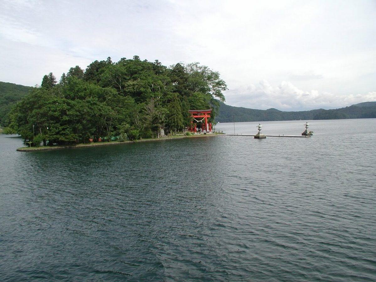 長野県信濃町野尻湖に浮かぶ宇賀神社