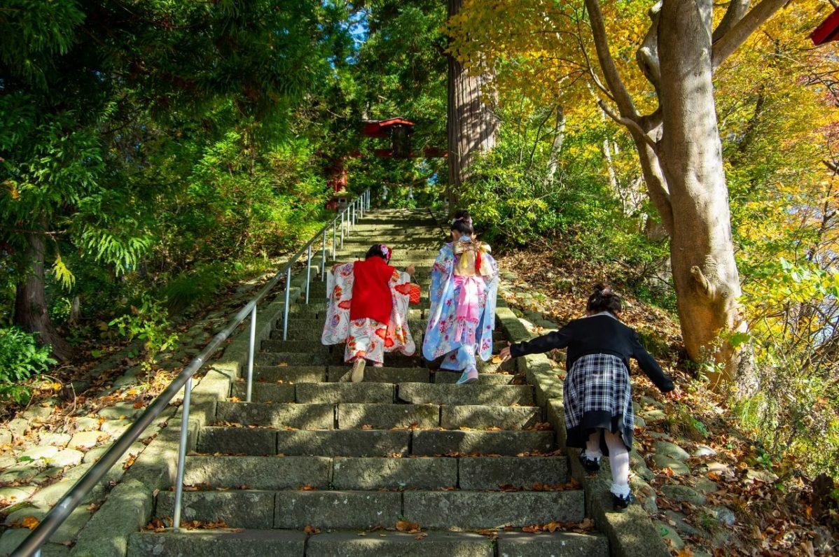 長野県信濃町野尻湖の宇賀神社。社殿に向かう階段を女の子が上っている