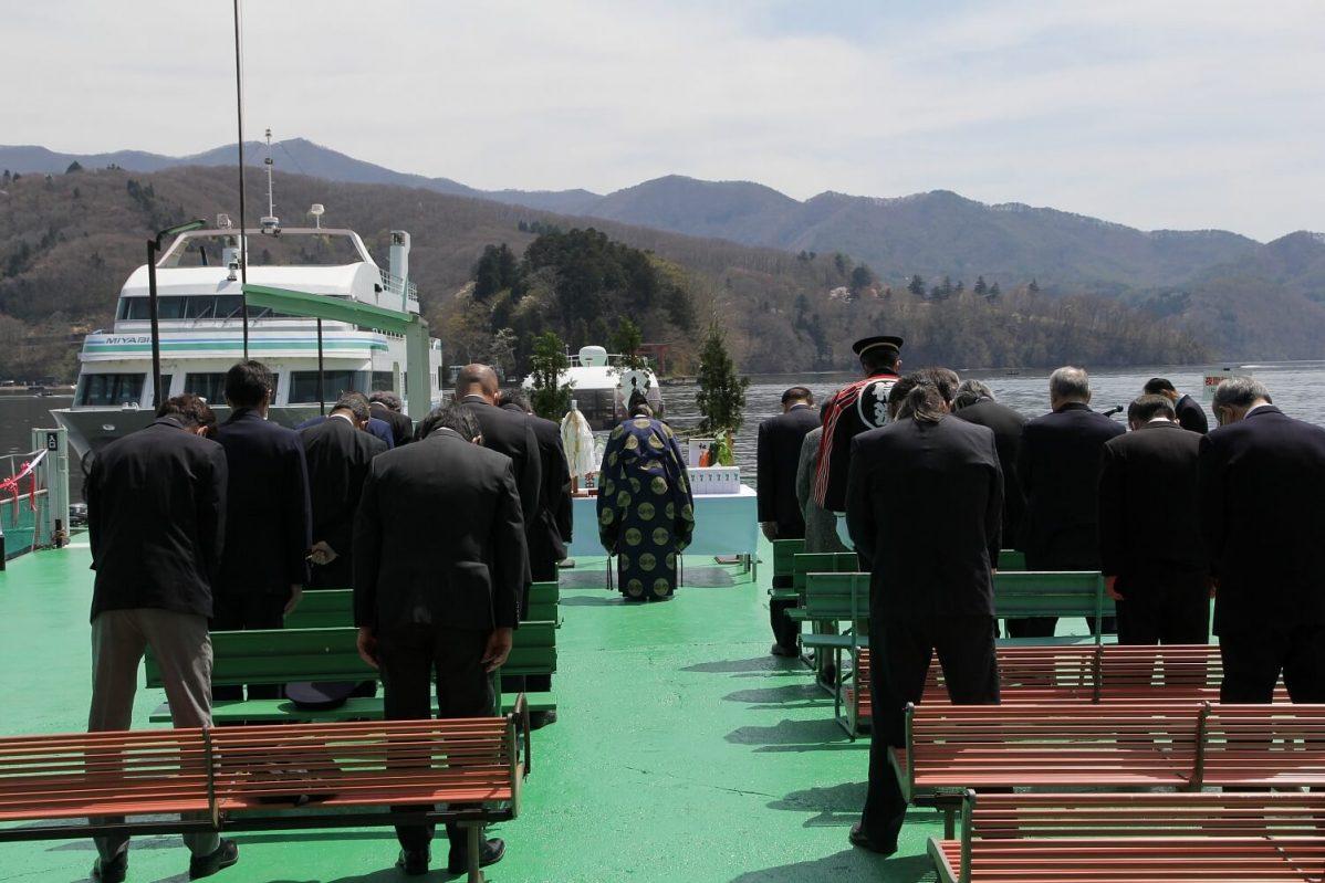 長野県信濃町野尻湖の宇賀神社。4月に行われる湖水開きの様子