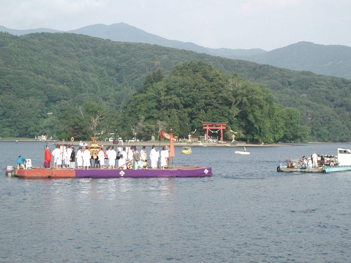 長野県信濃町野尻湖の宇賀神社。神輿を乗せた船で島のまわりを回る様子