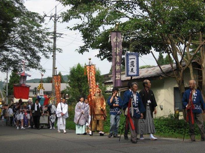 長野県信濃町野尻湖の宇賀神社の例祭で、町廻りの様子