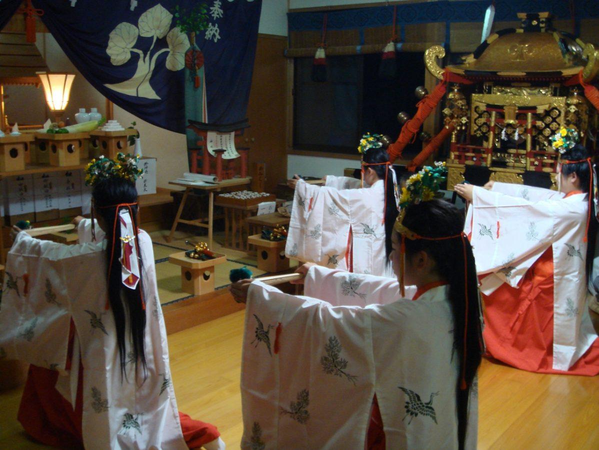 長野県信濃町野尻湖の宇賀神社にて、浦安の舞の様子