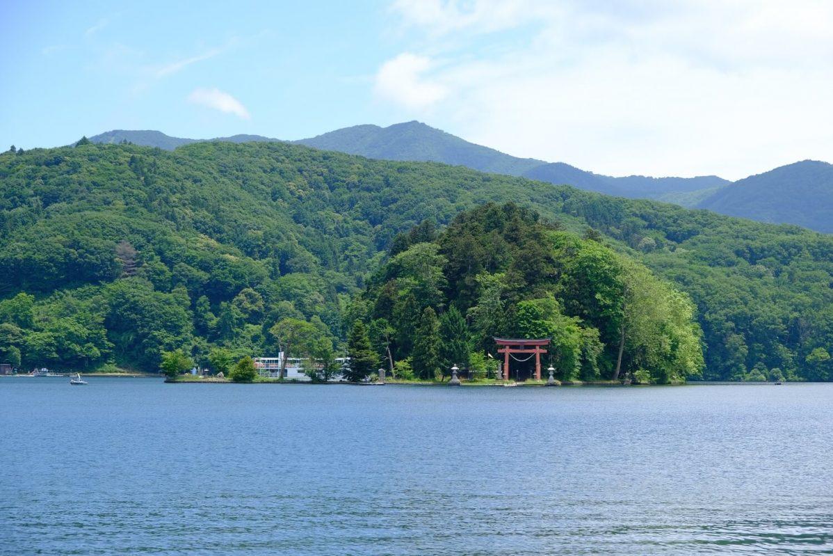 長野県信濃町野尻湖の宇賀神社。湖畔から見たところ