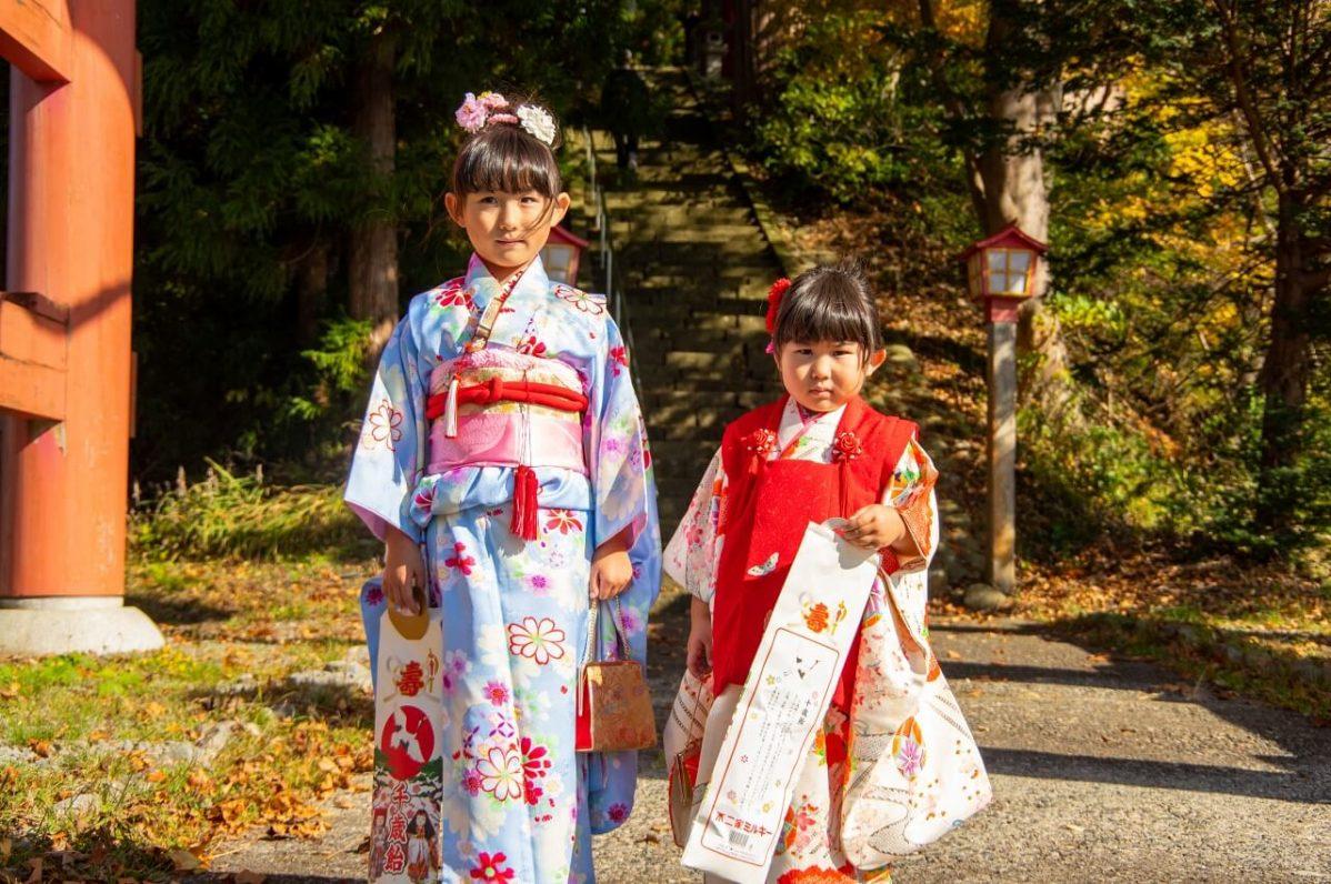 長野県信濃町野尻湖の宇賀神社にて、七五三のお参りの記念撮影