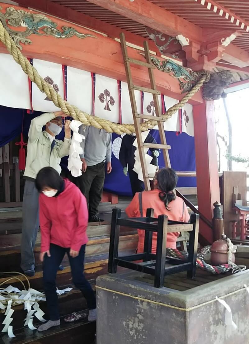 長野県信濃町野尻湖の宇賀神社にて。氏子のみなさんと拝殿をお掃除しているところ