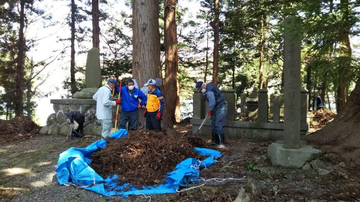 長野県信濃町野尻湖の宇賀神社にて、お島掃除の様子